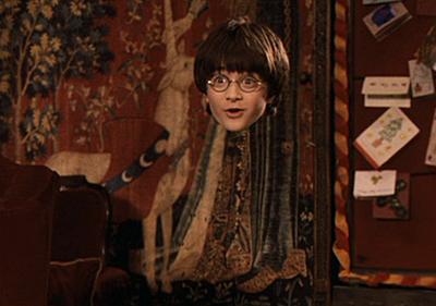 Harry essayant sa Cape d'Invisibilité dans ES/f