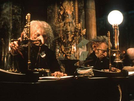 le gobelin accueillant Harry et Hagrid à Gringotts et des gobelins au travail à Gringotts dans ES/f