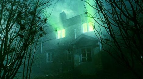 La lumière de l'Avada Kedavra terrassant Voldemort à Godric's Hollow