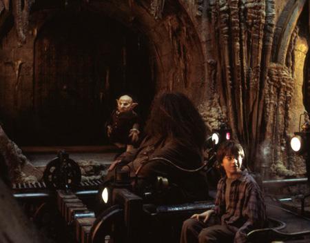 Gripsec menant Harry et Hagrid parmi les coffres dans ES/f