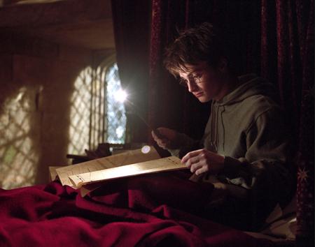 Harry consultant la Carte du Maraudeur dans son lit dans PA/f