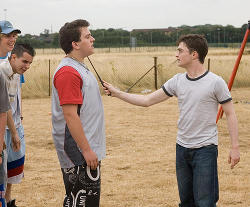 Harry menaçant Dudley de sa baguette dans OP/f © 2007 Warner Bros.