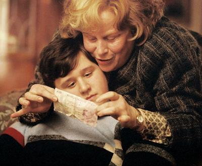 Tante Marge présentant un billet à Dudley dans PA/f © 2004 Warner Bros.