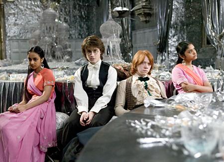 Parvati, Harry, Ron et Padma durant le bal de Noël dans CF/f © 2005 Warner Bros.