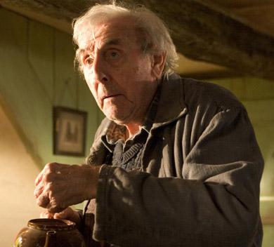 Frank Bryce qui explore la vieille maison des Jedusor, image des films