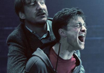 Lupin retenant Harry juste après la mort de Sirius dans OP/f © 2007 Warner Bros.
