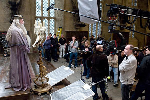 Michael Gambon face à David Yates et l'équipe sur le tournage de PSM/f