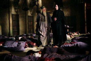 Dumbledore et Rogue parmi les sacs de couchage dans la Grande Salle dans PA/f