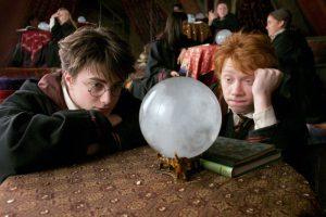 Ron et Harry regardant avec ennui dans leur boule de cristal dans PA/f