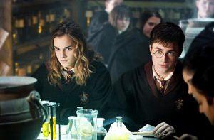 Harry et Hermione durant le cours de potions dans OP/f
