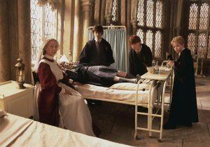 Madame Pomfresh, Harry, Ron et Colin au chevet d'Hermione pétrifiée dans CS/f