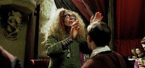 Trelawney durant le cours de divination dans PA/f