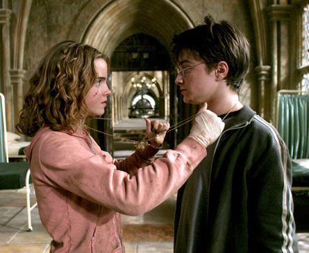 Hermione et Harry sur le point d'utiliser le Retourneur de Temps dans PA/f